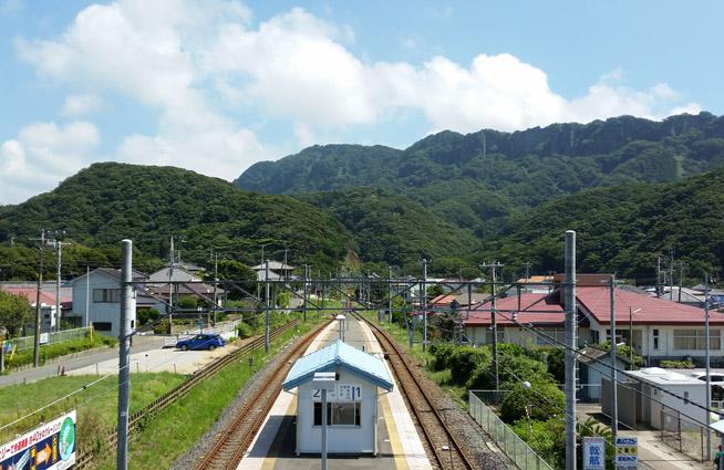 浜金谷駅からみえる山の風景