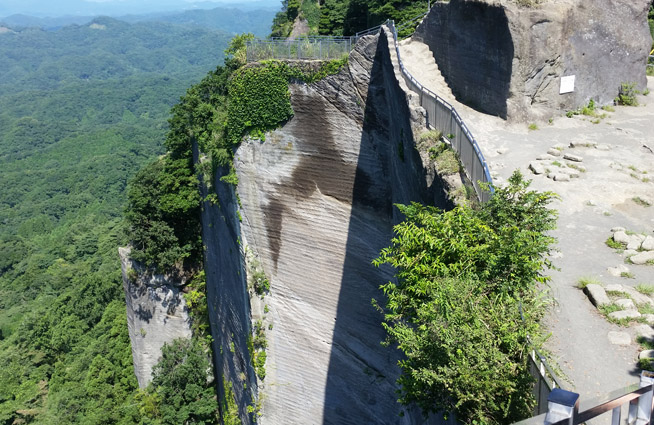 鋸山の岩肌